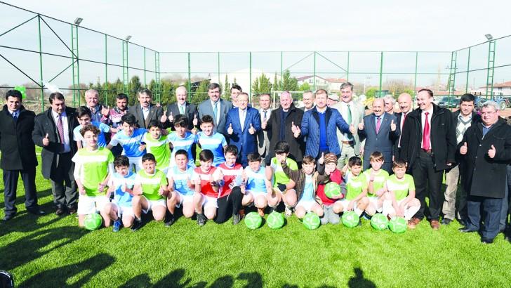 Başkan Uğur Mahmudiye'de halı saha tesisini açtı