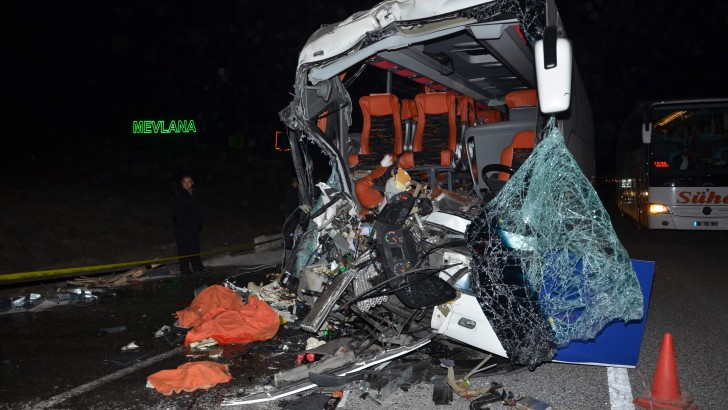 Yolcu Otobüsü Tır'la Çarpıştı: 1 Ölü, 29 Yaralı
