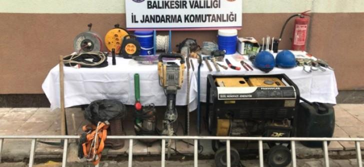Dursunbey'de İzinsiz Kazı Yapan 2 Kişi Suç Üstü Yakalandı