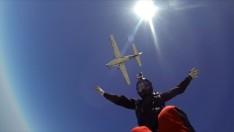 Sahneye Paraşüt ile İnecek
